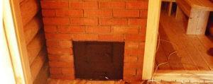 На фото показано, как кирпич выложен между стеной сруба и стойкой