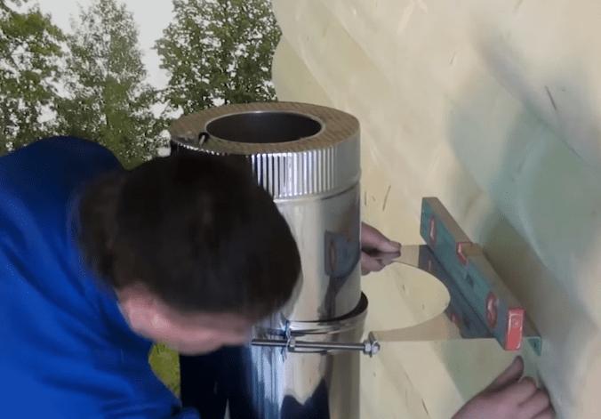 Проверка горизонтальности установленного кронштейна