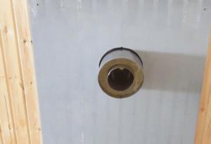 Участок трубы со стороны внутренней обшивки