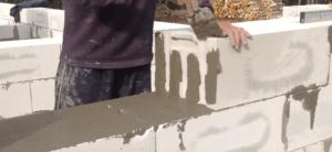 Нанесение клея на торец блока