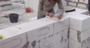 Шлифовка верхнего ряда блоков выполняется после кладки каждого из рядов
