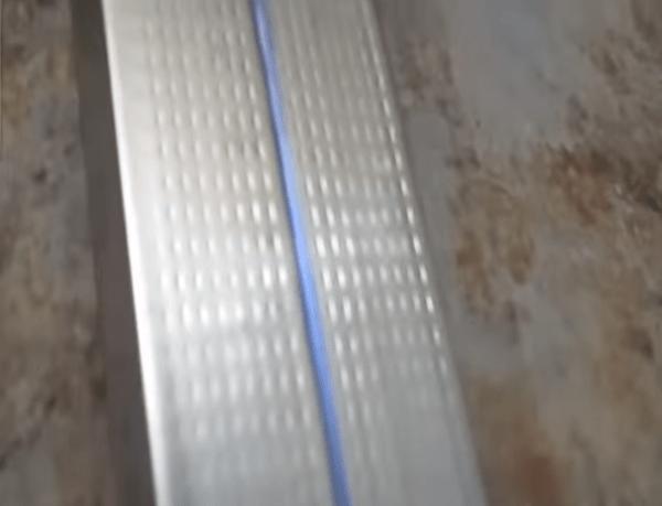 Линия на профиле показывает место стыковки торцов гипсокартонных листов