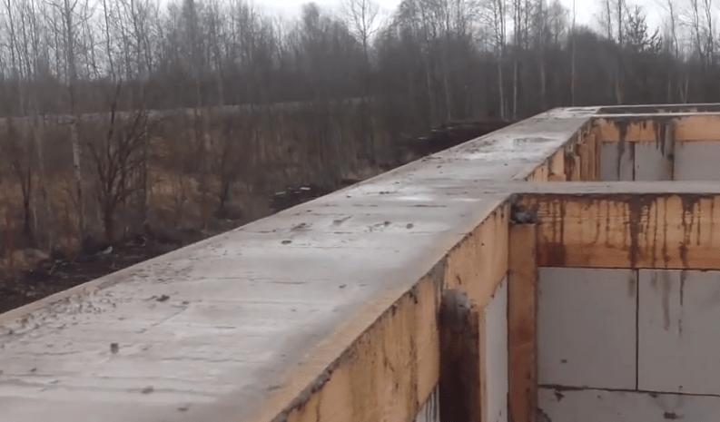 Поверхность залитого бетона нужно тщательно выравнивать