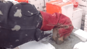 Уплотнение бетонной смеси бруском