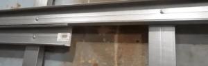 На фото показано, как закрепить профиль, чтобы не смещались вертикальные стойки