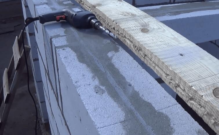 Нужно просверлить отверстия в блоках и досках