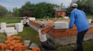 Укладка первых угловых блоков