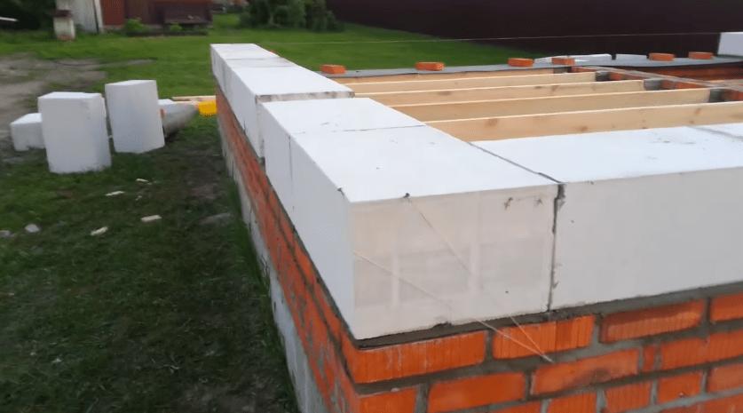 Процесс укладки блоков первого ряда