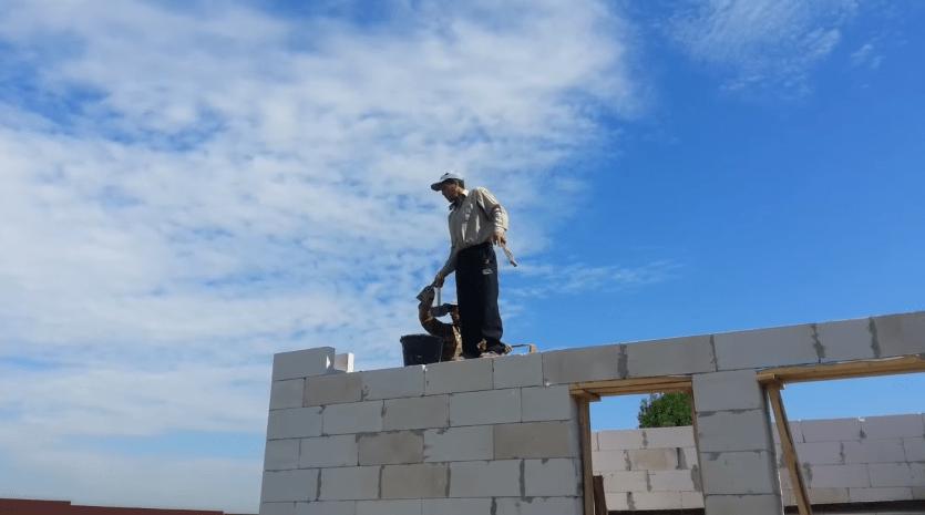 Работу по кладке последнего ряда первого этажа начинаем с углов