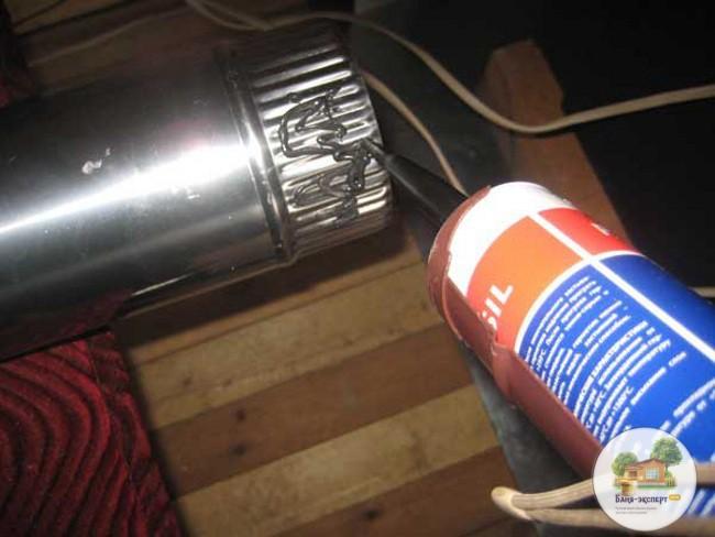 Нанесение герметика при сборке дымохода