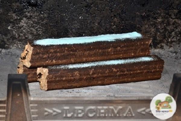 Порция порошка насыпана на брикеты перед розжигом