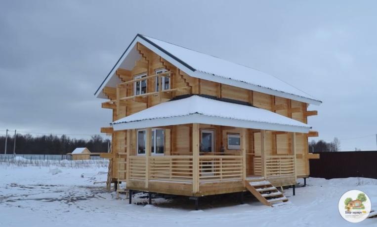 Здание на фото еще не окрашено и не спилены интегрированные леса