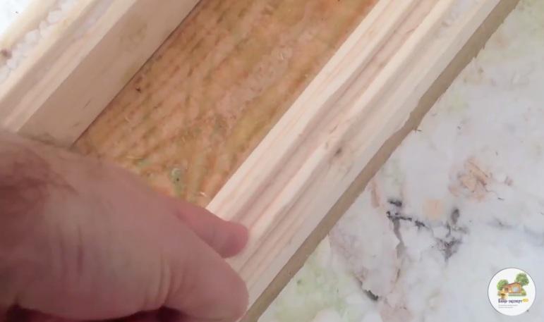 Стартовый брус фиксируют насквозь длинным саморезом, вкручивая его в паз бруса