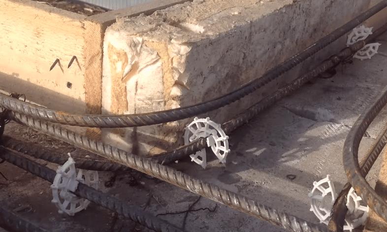 Армокаркас в месте соединения межкомнатной перегородки и несущей стены, установлены пластиковые фиксаторы