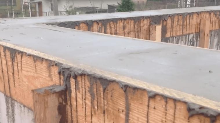 Поверхность залитого бетона выровнена
