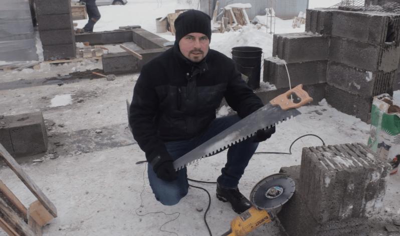 Болгарка и ножовка - необходимые инструменты на стройке