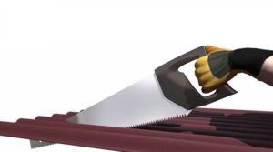 Чтобы разрезать ондулин, можно использовать ножовку