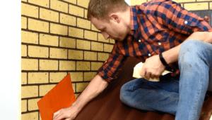 Наклеивание герметизирующей ленты