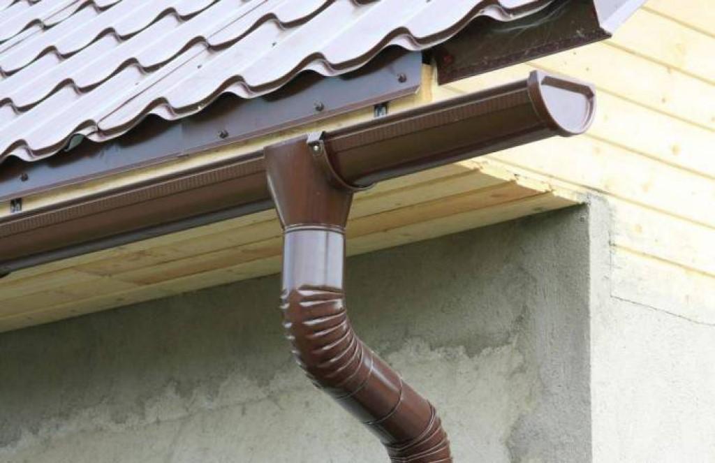 Водосток можно установить как в процессе строительства бани, так и на эксплуатируемое здание