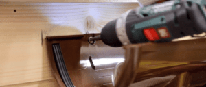 Саморезы вкручивают в заводские отверстия