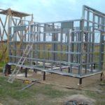 Монтаж первых панелей дома