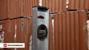 Проверка ровности стен двухметровым уровнем
