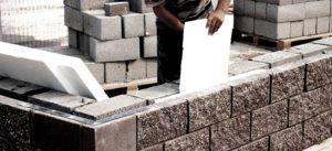 Возведение стен из крупноформатных блоков ведется быстрее, чем из кирпича