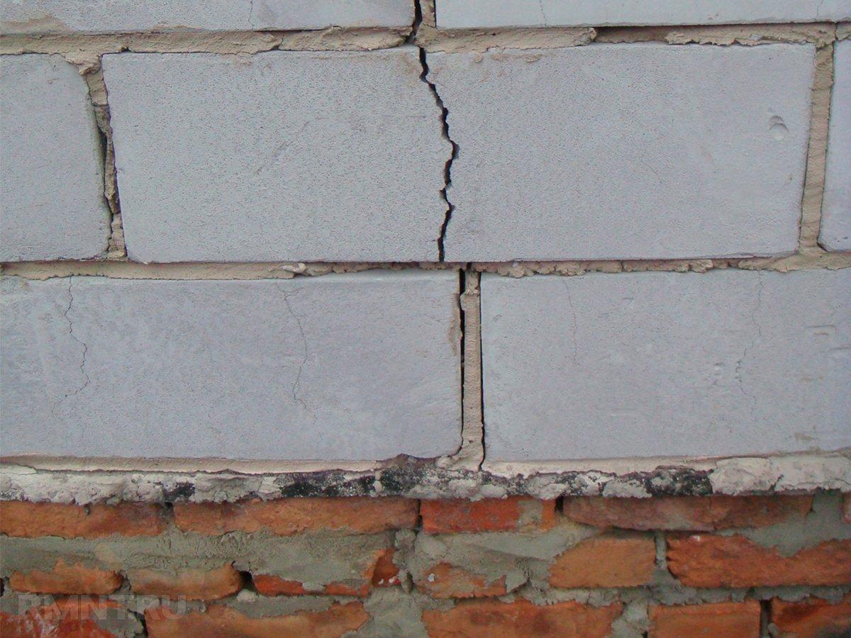 Одна из причин появления трещин – усадка блоков